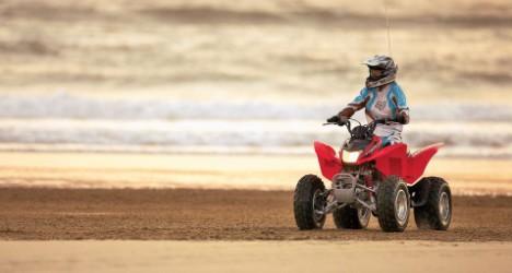 Quad roulant sur la plage